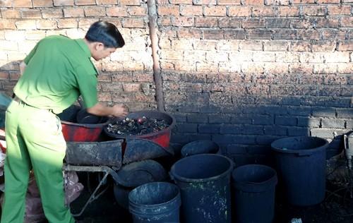 Những xô chậu cáu bẩn của cơ sở tại Đăk Nông dùng để nhuộm vỏ cà phê với bột pin