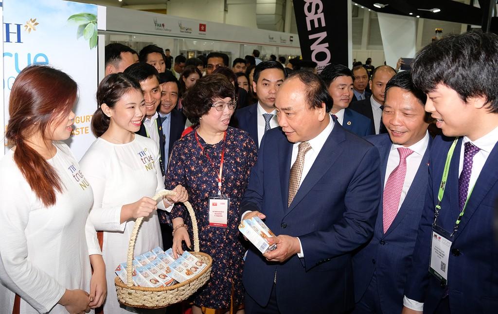 Thủ tướng và Đoàn Cấp cao Việt Nam thăm các gian hàng Việt Nam tại Hội chợ. Ảnh: VGP