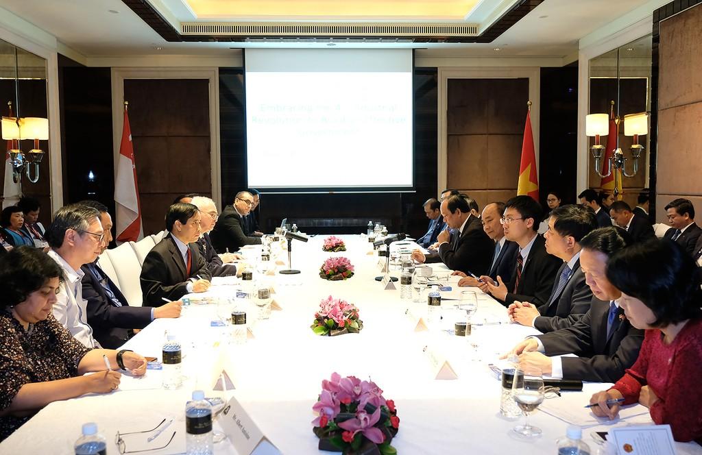 Thủ tướng nghe các chuyên gia Singapore chia sẻ về cuộc cách mạng công nghiệp 4.0. Ảnh: VGP