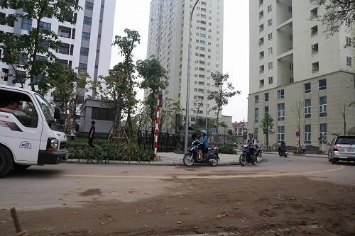 Hà Nội phá rào chắn đoạn đường tranh chấp giữa hai chung cư - ảnh 1