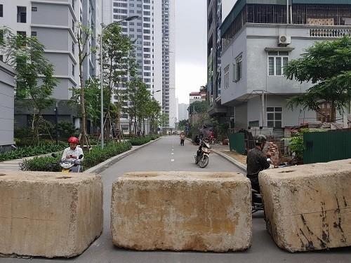 Hà Nội phá rào chắn đoạn đường tranh chấp giữa hai chung cư - ảnh 2