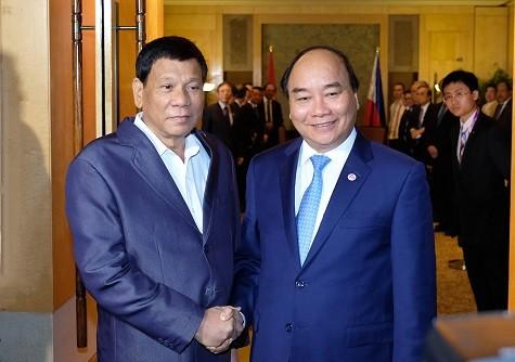 Thủ tướngNguyễn Xuân Phúc tiếp xúc song phương với Tổng thống Philippines Rodrigo Duterte. Ảnh: VGP