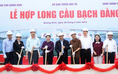 Chủ tịch Quốc hội Nguyễn Thị Kim Ngân tiến hành nghi lễ hợp long cầu Bạch Đằng. Ảnh: ĐBND