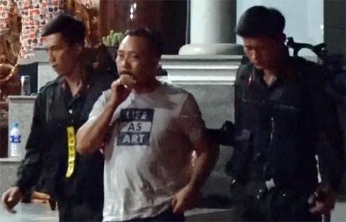 """Cảnh sát dẫn giải """"Phượng Râu"""" khỏi nhà riêng"""