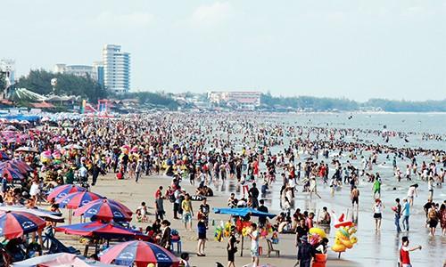 Bãi biển Vũng Tàu đông nghịt người chiều 30/4.