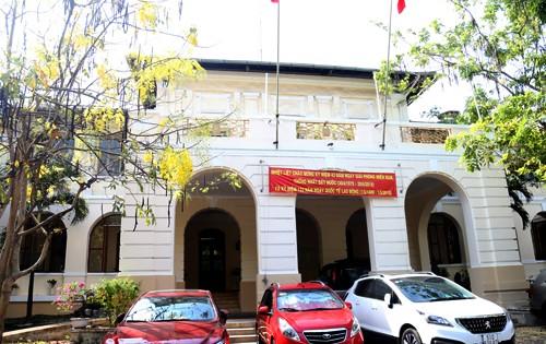 Mặt chính của tòa nhà dinh Thượng thơ hiện là trụ sở của Sở Thông tin  - Truyền thông và Công thương.