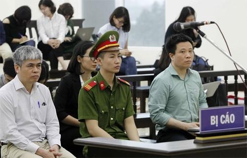 Bị cáo Hà Văn Thắm và Nguyễn Xuân Sơn ngồi ở hàng ghế đầu. Ảnh: TTXVN