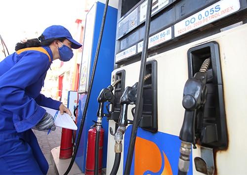 Kiểm tra lượng tiêu thụ xăng tại một cây xăng thuộc Petrolimex.