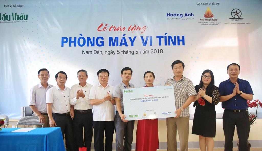 Tổng biên tập Đỗ Xuân Khánh trao tặng Phòng học máy tính cho Trường THCS Nam Tân. Ảnh: Lê Tiên