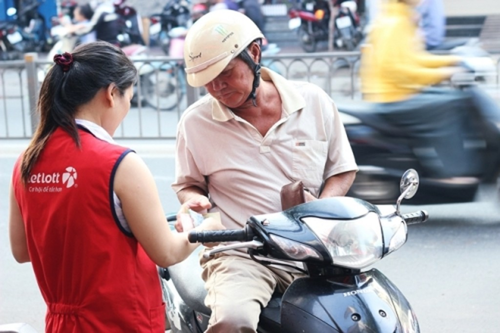 Người dân Sài Gòn mua vé số Vietlott.
