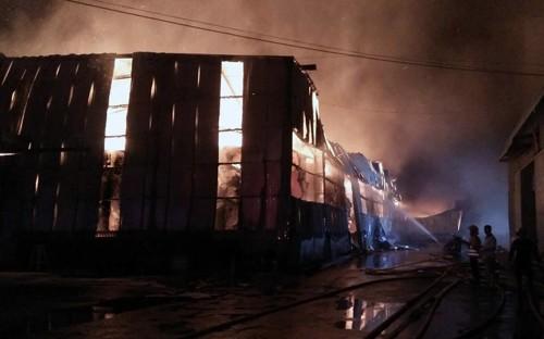 Nhà xưởng cháy ngùn ngụt rồi đổ sập sau đó.