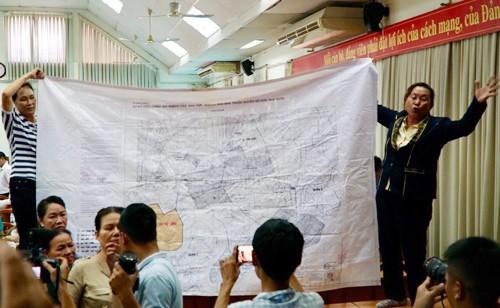 Người dân căng bản đồ quy hoạch Thủ Thiêm tại buổi tiếp xúc cử tri.