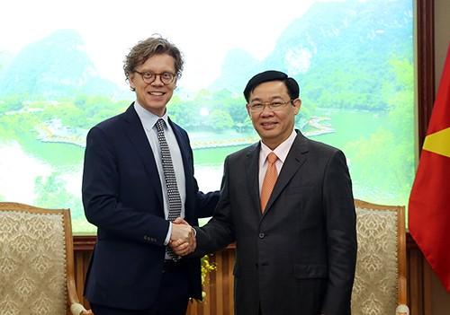 Phó Thủ tướng Vương Đình Huệ tiếp Đại sứ Vương quốc Thụy Điển tại Việt Nam Hogbeg. Ảnh: VGP