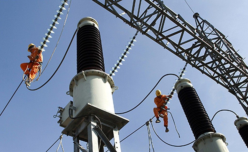 Công nhân ngành điện bảo trì lưới điện cao thế.
