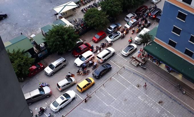 Không có chỗ gửi, dân chung cư để ôtô ở bãi rác - ảnh 2