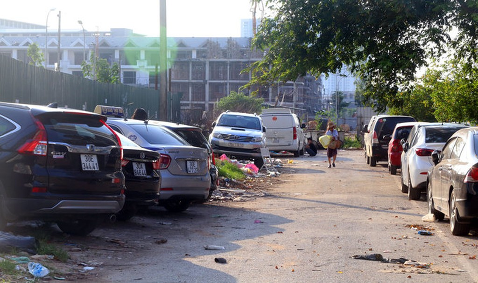 Không có chỗ gửi, dân chung cư để ôtô ở bãi rác - ảnh 3