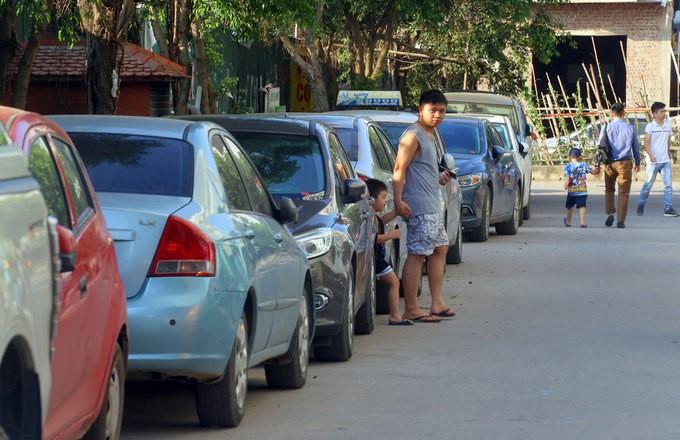 Không có chỗ gửi, dân chung cư để ôtô ở bãi rác - ảnh 5