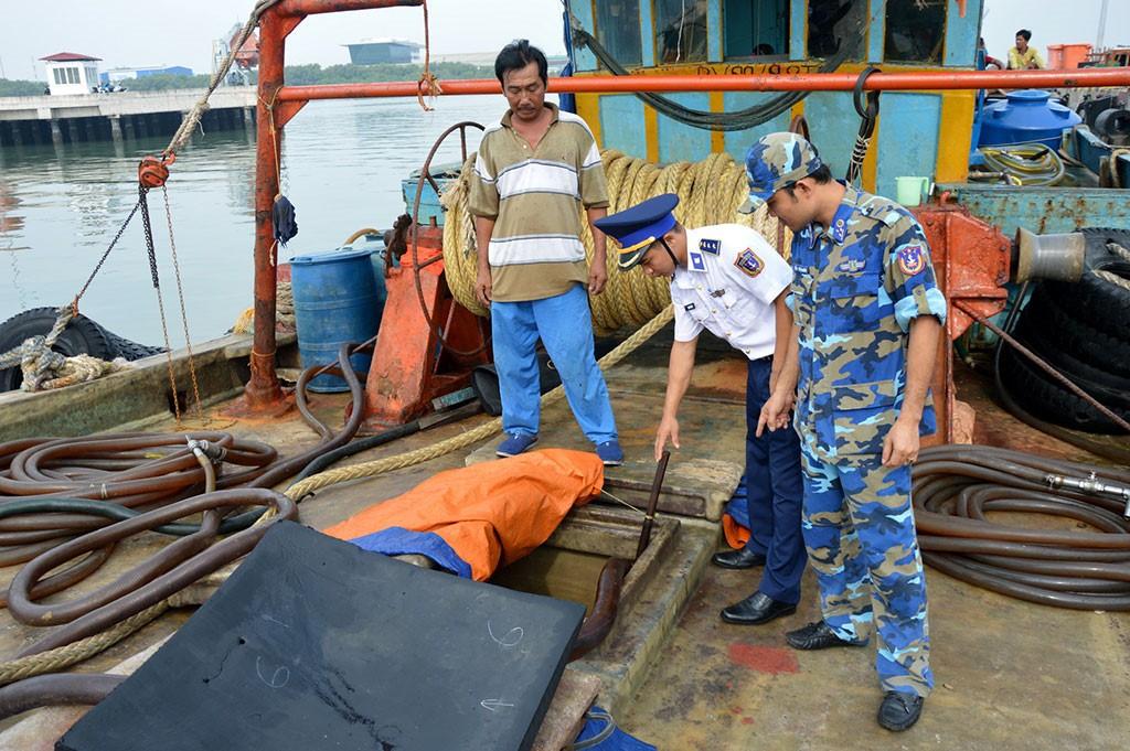 Cảnh sát biển đang bắt giữ một vụ vận chuyển trái phép dầu DO trên biển Vũng Tàu