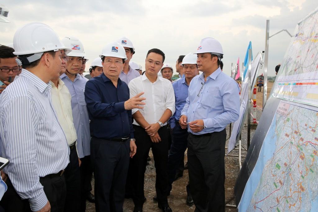 Phó Thủ tướng Trịnh Đình Dũng nhấn mạnh yêu cầu đảm bảo chất lượng công trình, an toàn tuyệt đối trong quá trình thi công. - Ảnh: VGP