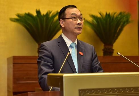 Chủ nhiệm Ủy ban Kinh tế của Quốc hội Vũ Hồng Thanh trình bày báo cáo.