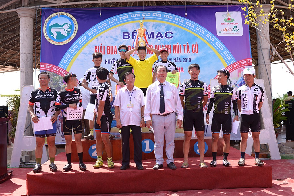 Ông Từ Văn Phước, Chủ tịch HĐQT Việt Úc Group chụp hình lưu niệm cùng TOP 10