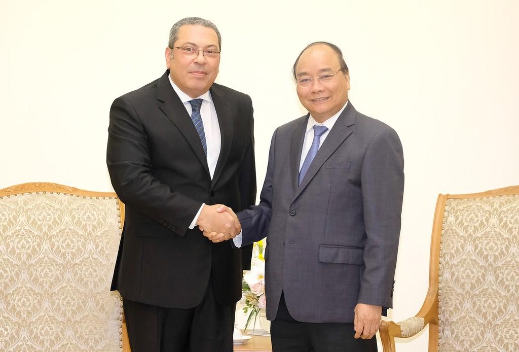 Thủ tướng Nguyễn Xuân Phúc cùng tân Đại sứ Ai Cập. Ảnh: VGP