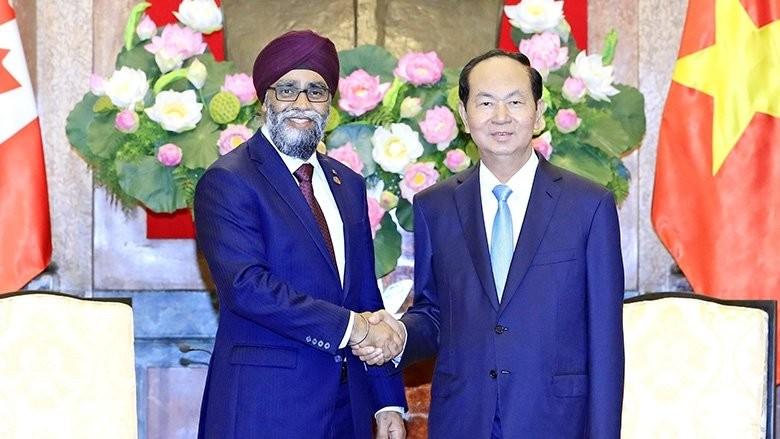 Chủ tịch nước Trần Đại Quang và Bộ trưởng Bộ Quốc phòng Canada. Ảnh TTXVN