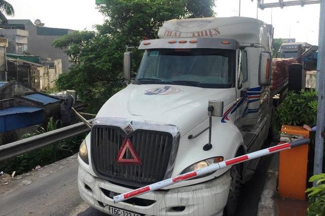 Từ chiều ngày 5/6, tại trạm thu phí BOT Tân Đệ, nhiều lái xe đi qua trạm thu phí này đã phản ứng không trả phí và cho xe chạy qua