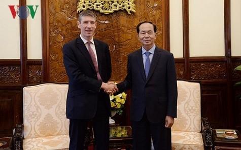 Chủ tịch nước Trần Đại Quang và Đại sứ Giles Lever - Ảnh: VOV