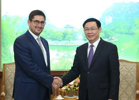 Phó Thủ tướng Vương Đình Huệ tiếp ông Gonzalo Gualquil Smoje, Đại biện lâm thời Cộng hoà Chile tại Việt Nam - Ảnh: VGP