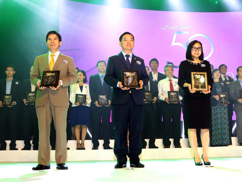 Ông Lê Viết Hải, Chủ tịch HĐQT Công ty Cổ phần Tập đoàn Xây dựng Hòa Bình (đứng giữa) nhận giải