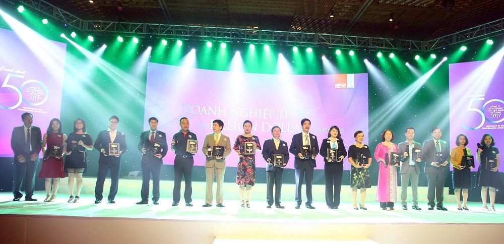 ng Bùi Xuân Huy – Tổng giám đốc Tập đoàn Novaland nhận chứng nhận Top 50 Công ty kinh doanh hiệu quả nhất Việt Nam và vinh danh Top Doanh nghiệp tỷ đô trên sàn chứng khoán.
