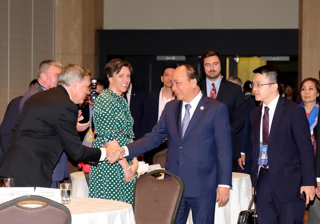 Thủ tướng với các doanh nghiệp Canada tại tọa đàm. Ảnh: VGP