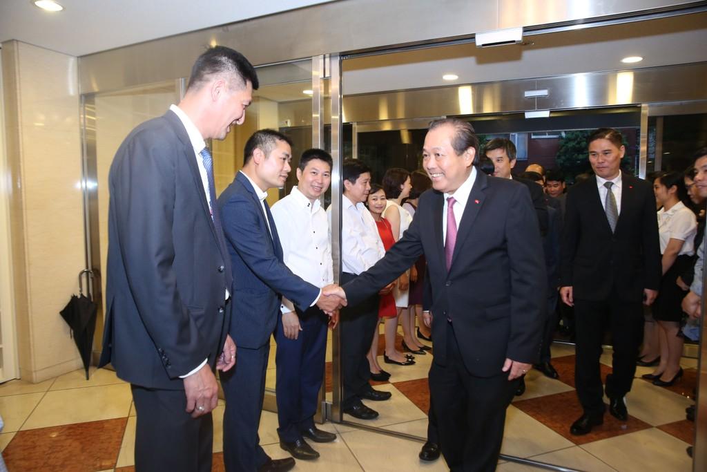 Phó Thủ tướng Trương Hòa Bình thăm Đại sứ quán Việt Nam tại Tokyo - ảnh 1