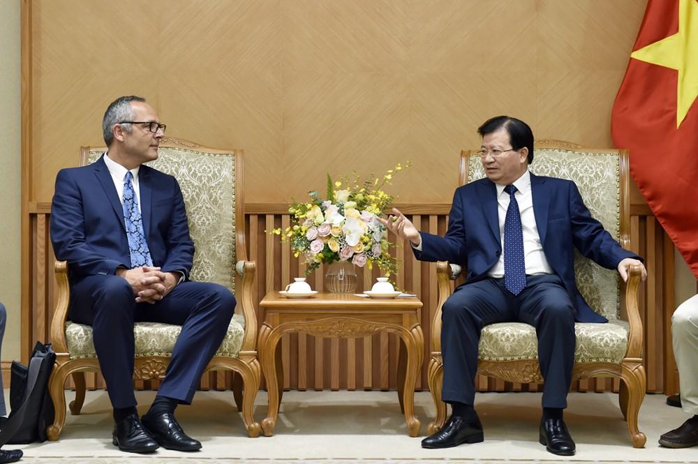 Phó Thủ tướng Trịnh Đình Dũng và Giám đốc quản lý bán hàng cấp cao của công ty Intec Sebastian Rose - Ảnh: VGP