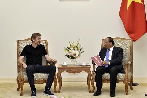 Thủ tướng Nguyễn Xuân Phúc tiếp ông Mathew Mowbay, Chủ tịch Tập đoàn Zuru - Ảnh: VGP