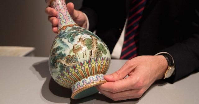 Chiếc bình cổ từ thế kỷ 18 được tìm thấy trong hộp đựng giày. (Nguồn: Thomas Samson | AFP | Getty Images)