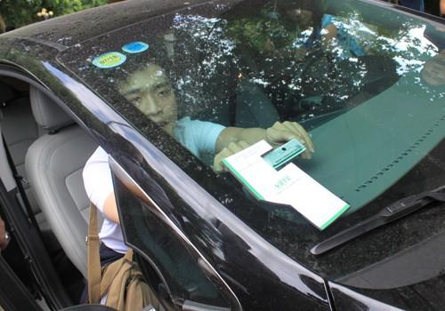 Thẻ nộp phí không dừng được dán lên kính phía trước hoặc đèn xe.