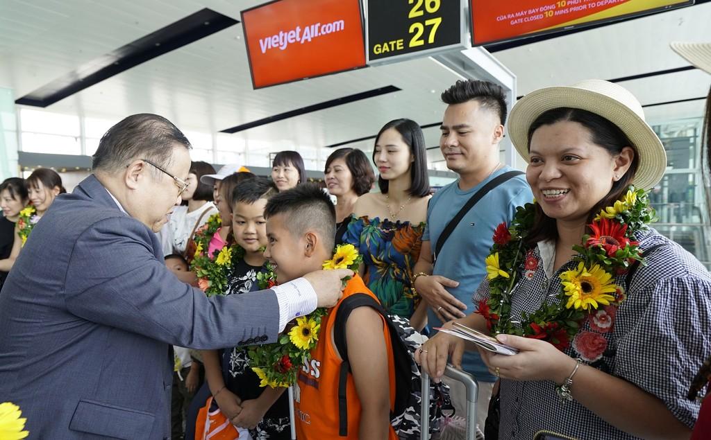 Phó Tổng giám đốc Vietjet Nguyễn Đức Tâm chào đón những hành khách đầu tiên