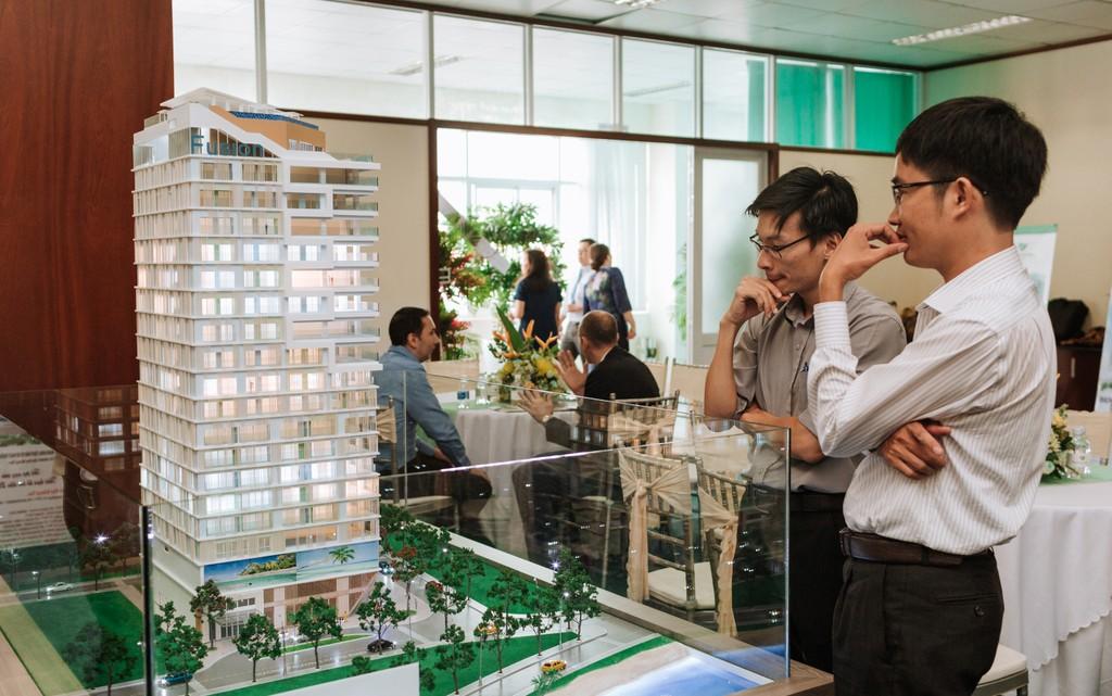 Khách hàng tham quan mô hình mẫu của dự án