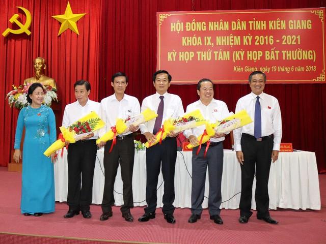 Ông Mai Văn Huỳnh - Bí thư Huyện ủy Phú Quốc (người thứ 2 bên phải) khẳng định: Đến thời điểm hiện tại, ông Đinh Khoa Toàn vẫn đang giữ chức danh Chủ tịch UBND huyện Phú Quốc