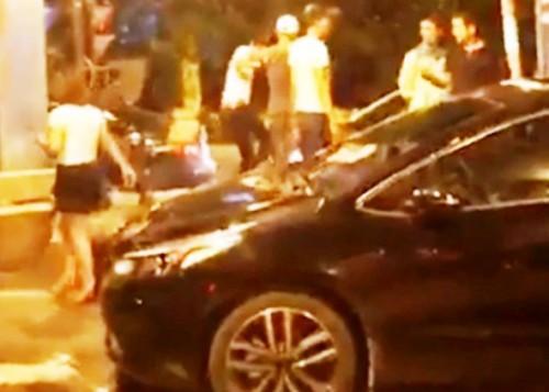 Nhóm thanh niên xông vào hành hung anh Bùi Quý Long. Ảnh trích từ video.