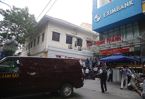 Cảnh sát khám xét Eximbank TP HCM và bắt tạm giam hai nữ cán bộ hôm 26/3.