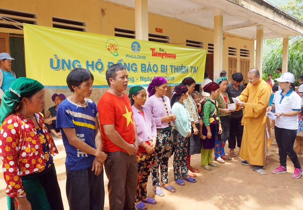 Đại diện Phú Long trao quà cho các hộ gia đình bị thiệt hại do lũ tại huyện Quảng Bạ