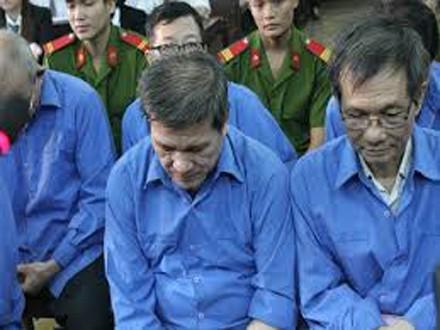 Dương Thanh Cường (bên trái) và Lê Thành Công tại phiên toà.