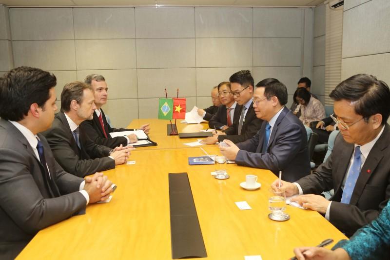Phó Thủ tướng Vương Đình Huệ làm việc với Tập đoàn Công nghiệp Quốc phòng Brazil ngày 5/7. Ảnh: VGP