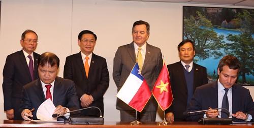 Phó Thủ tướng Vương Đình Huệ chứng kiến lễ ký Biên bản phiên họp lần thứ III Hội đồng Thương mại tự do Việt Nam - Chile. Ảnh: VGP