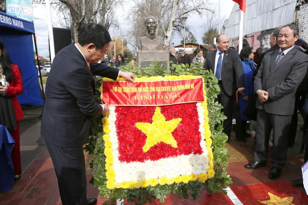 Phó Thủ tướng Vương Đình Huệ dâng hoa tại Công viên Hồ Chí Minh. Ảnh: VGP