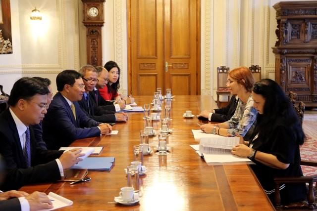 Phó Thủ tướng Phạm Bình Minh lần đầu tiên thăm Romania - ảnh 1