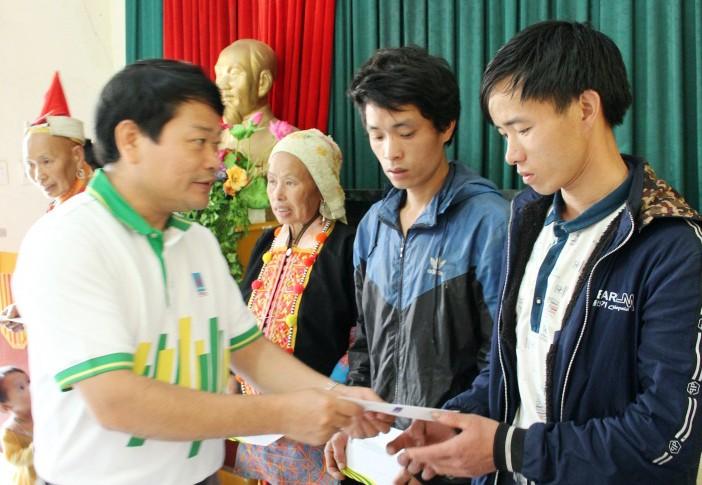 Ông Tống Xuân Phong trao trực tiếp hỗ trợ các gia đình bị sập nhà hoàn toàn xã Sỉn Lở Lầu, huyện Phong Thổ, tỉnh Lai Châu